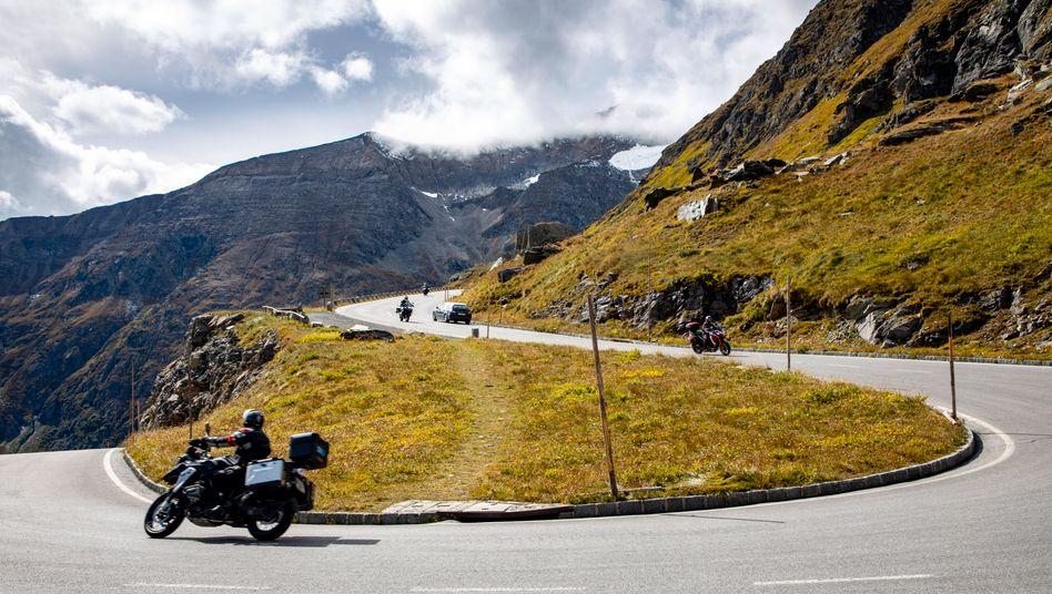 Die Alpenrepublik ist ein beliebtes Ziel für Motorradtouristen. Das hinterlässt Spuren bei Mensch und Natur
