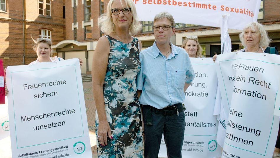 Bettina Gaber (l.) und Verena Weyer mit Unterstützerinnen vor dem Amtsgericht in Berlin (Archivbild)