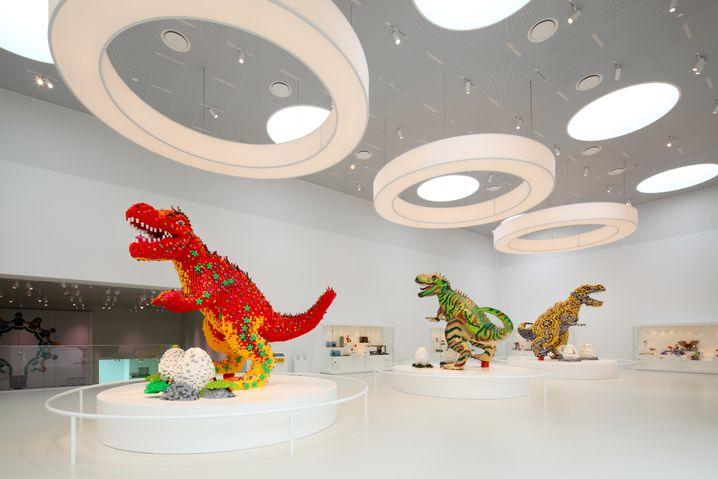 Diese Dinosaurier stehen im Lego House in Billund, einer Art Museum für alles, was mit den Steinen zu tun hat. Dort fand das Interview statt.