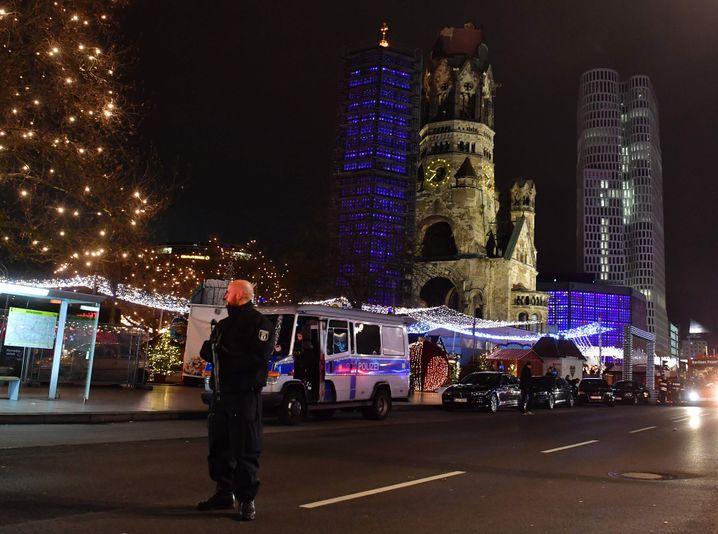 Polizist am Weihnachtsmarkt