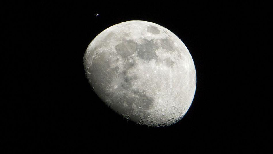 Mond: Gestein aus der Mondkruste ist dem der Erde erstaunlich ähnlich