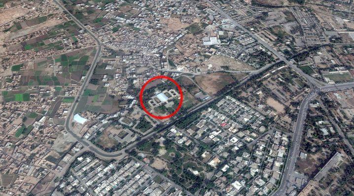 Die Schule liegt in Peschawar im Nordwesten Pakistans. Es handelt sich um eine Militärschule.