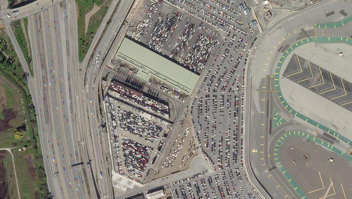 Flughafen San Francisco SFO (30. März 2020/9. Februar 2020): Der amerikanischen Transportsicherheitsbehörde TSA zufolge wurden in der Woche vom 30. März 2020 bis zum 5. April 2020 an allen Flughäfen des Landes lediglich 136.023 Menschen überprüft, gegenüber 2.151.626 im gleichen Zeitraum des Vorjahres. Aufgrund des dramatischen Rückgangs von Flügen und Passagieren hat der San Francisco International Airport, der zweitgrößte Flughafen der US-Westküste, alle Abfertigungen in eine einzige Wartehalle verlegt. Und die Anzahl der Covid-19-Toten in der San Francisco Bay Area steigt stetig (118, Stand 10. April).