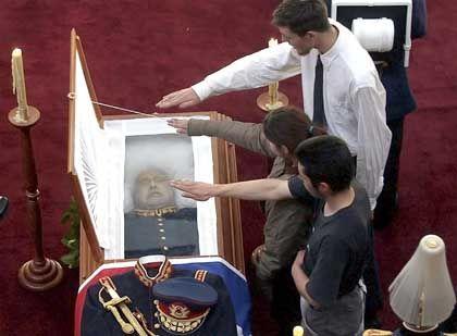 Tribut für einen Toten: Hitlergruß über dem Leichnam Pinochets