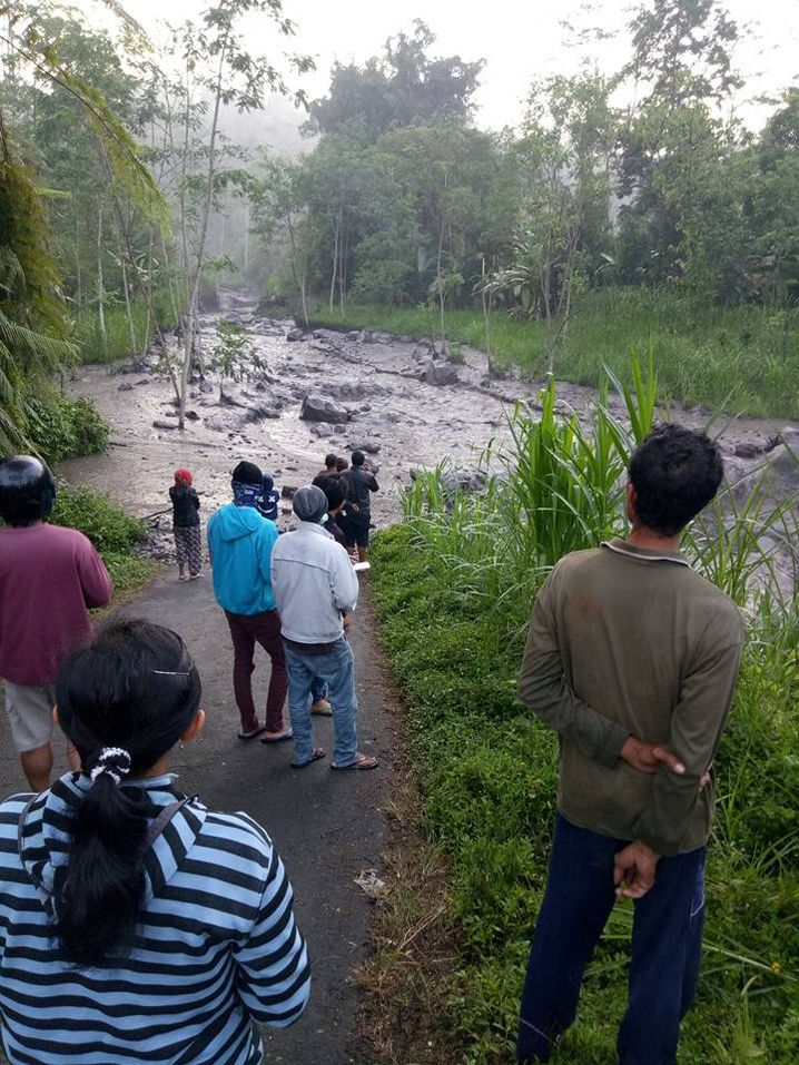 Aschegrauer Fluss am Fuß des Vulkans Agung