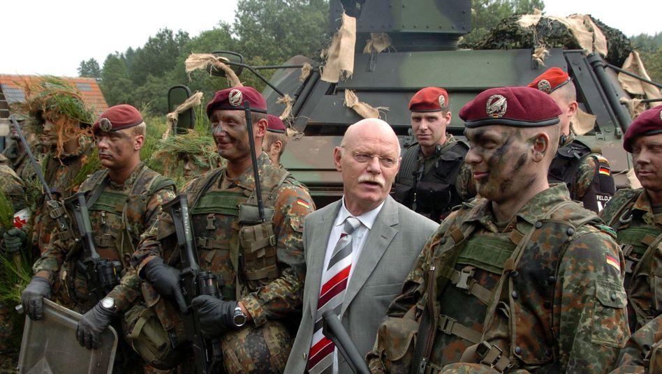 Damaliger Verteidigungsminister Peter Struck (SPD) bei Truppenbesuch im August 2005