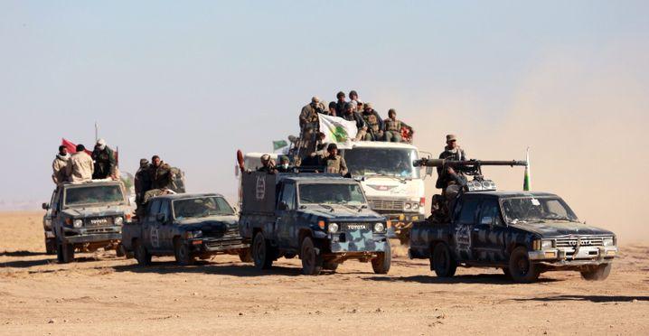 """Kämpfer der """"Badr""""-Organisation auf dem Weg nach Tal Afar im November 2016."""