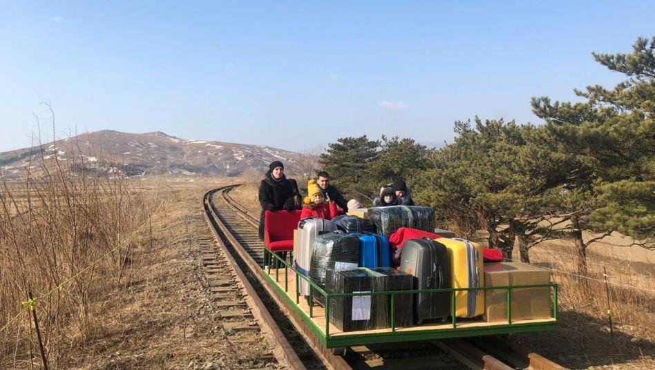 Russische Diplomaten bei der Ausreise aus Nordkorea per Schiene (im Februar)