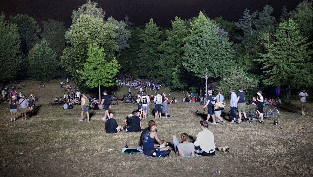 Nächtliches Treffen in der Berliner Hasenheide (Ende Juni)