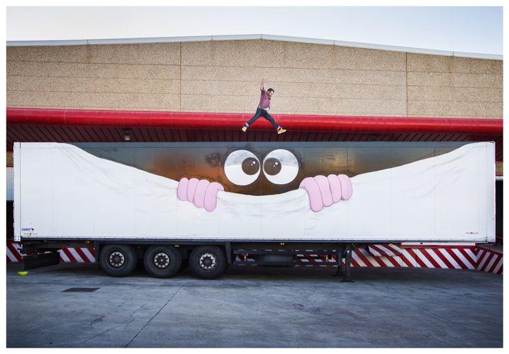 Der Künstler Javier Calleja und der von ihm gestaltete Lkw