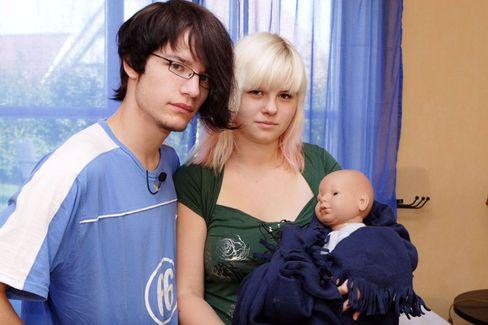 Puppeneltern auf Probe: Basti (18) und Tamara (17) mit Plastikbaby