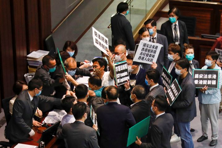 Zusammenstoß zwischen Demonstranten und Sicherheitskräften während einer Sitzung des legislativen Komitees in Hongkong