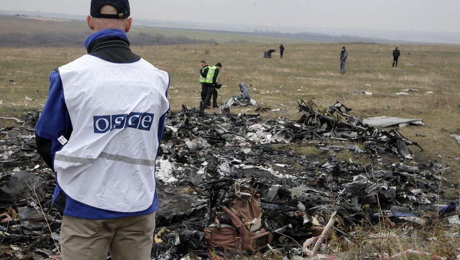 OSZE-Beobachter an der Absturzstelle in der Ostukraine (Archiv): Gefahren im Luftraum