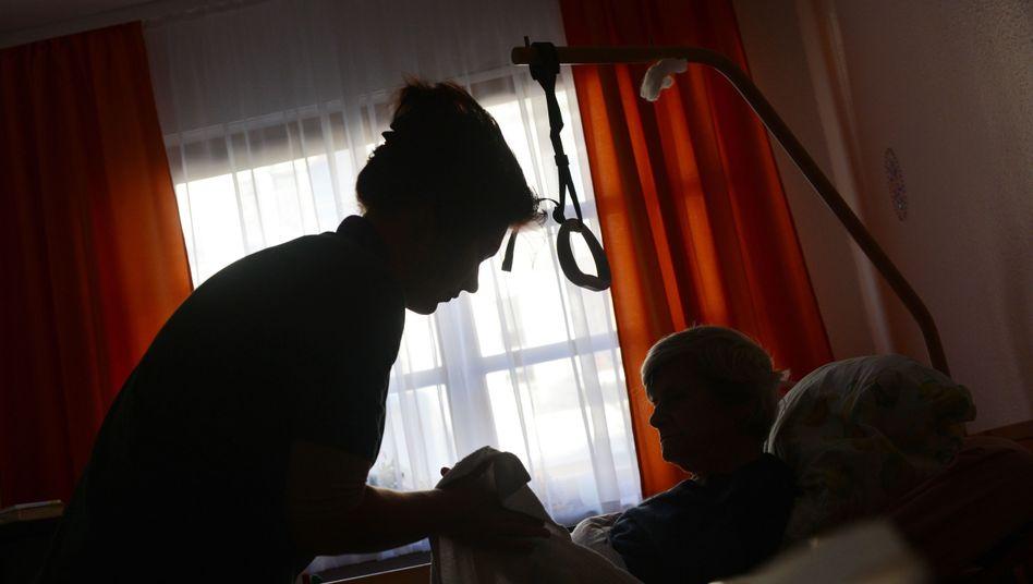 Eine Pflegerin in einem Seniorenheim: Teilzeitjobs sind insbesondere im Erziehungs-, Gesundheits- und Sozialwesen verbreitet