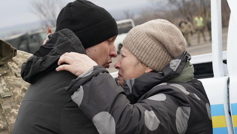 Endlich wieder zusammen: Ein ukrainischer Gefangener umarmt seine Mutter nach dem Gefangenenaustausch
