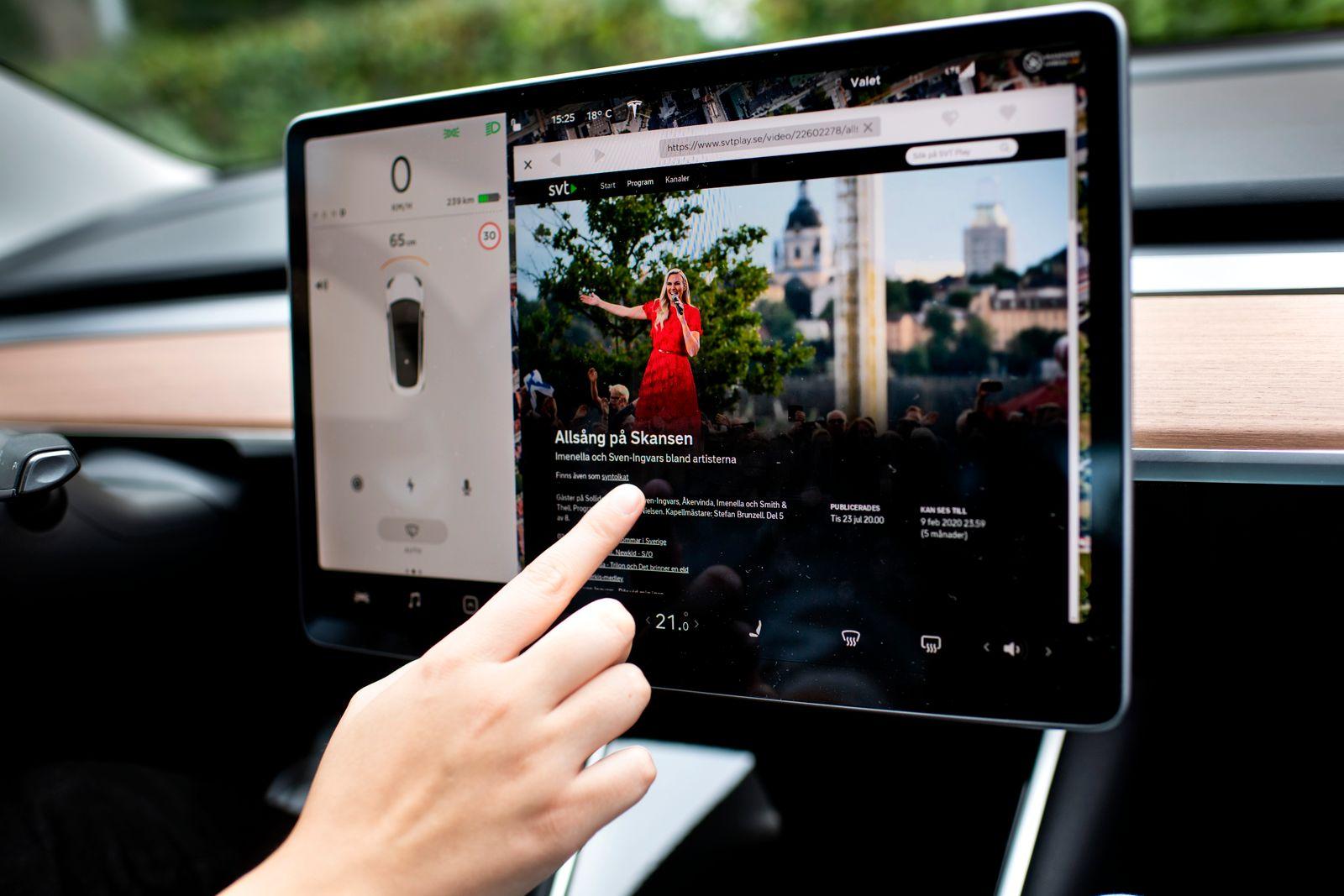 Tesla Model 3 Long Range vehicle communication road street transport dashboard screen computor display controls touchscr