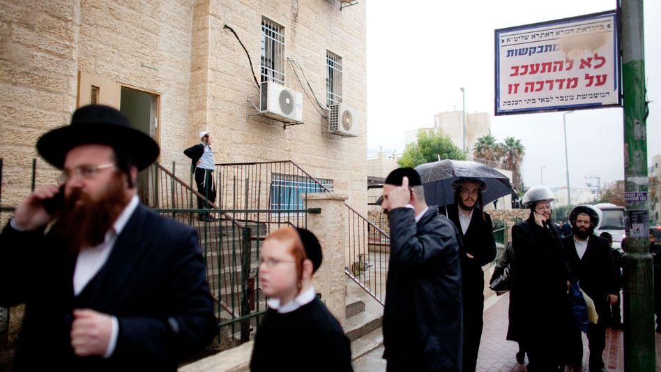 Orthodoxe in Beit Schemesch: Das Schild fordert Frauen auf, die Straßenseite zu wechseln