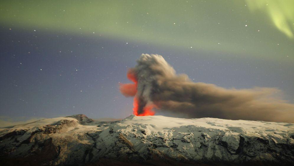 Feuerwerk: Polarlichter über isländischem Vulkan