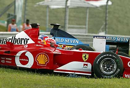 Ausritt auf die Wiese: Michael Schumacher touchiert Jarno Trulli und kommt von der Straße ab