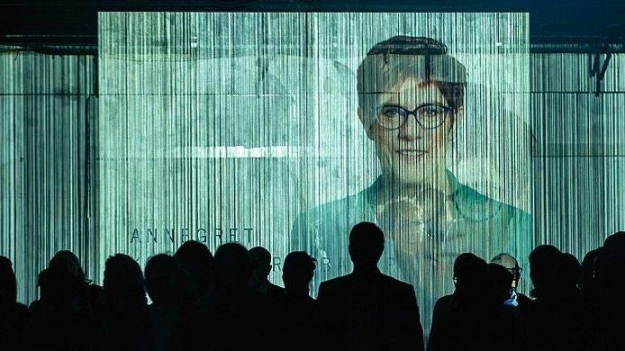 Virtuelle Vorsitzende? CDU-Chefin Annegret Kramp-Karrenbauer auf Riesenleinwand bei einer CSU-Veranstaltung