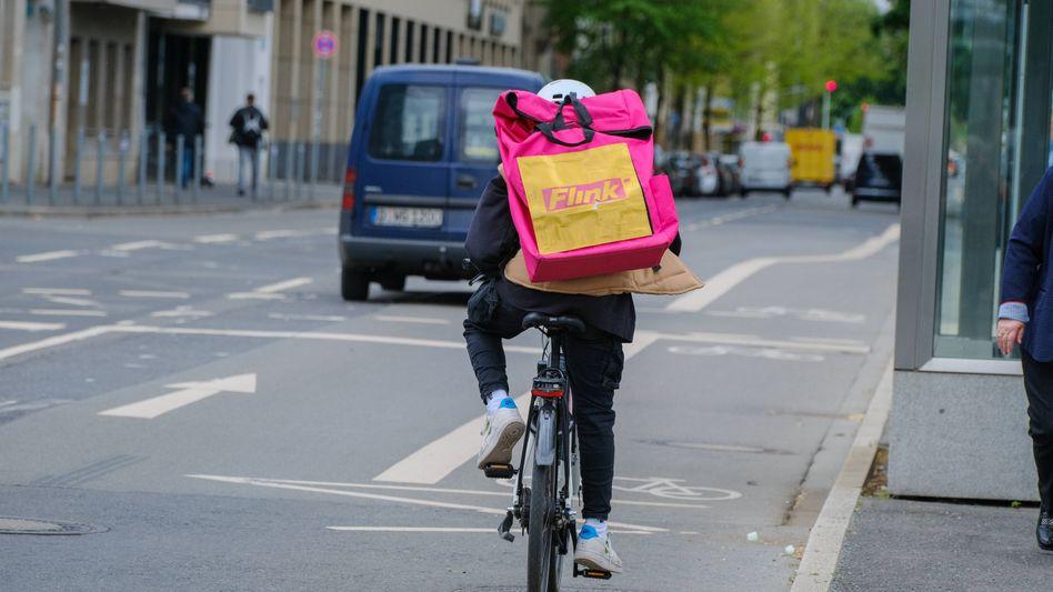 Fahrradkurier des Lieferdienstes Flink