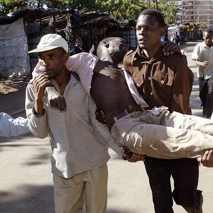 Opfer der Unruhen (hier eine Szene aus Nairobi): Knapp 300 Tote seit Beginn der Krawalle