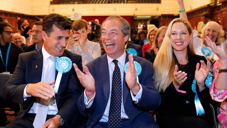Nigel Farage jubelt bei der Verkündung von Wahlergebnissen