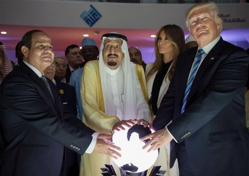 Trump (r.) mit dem saudischen König Salman bin Abdulaziz (m.) und dem ägyptischen Präsidenten el-Sisi (l.) 2017 in Riad