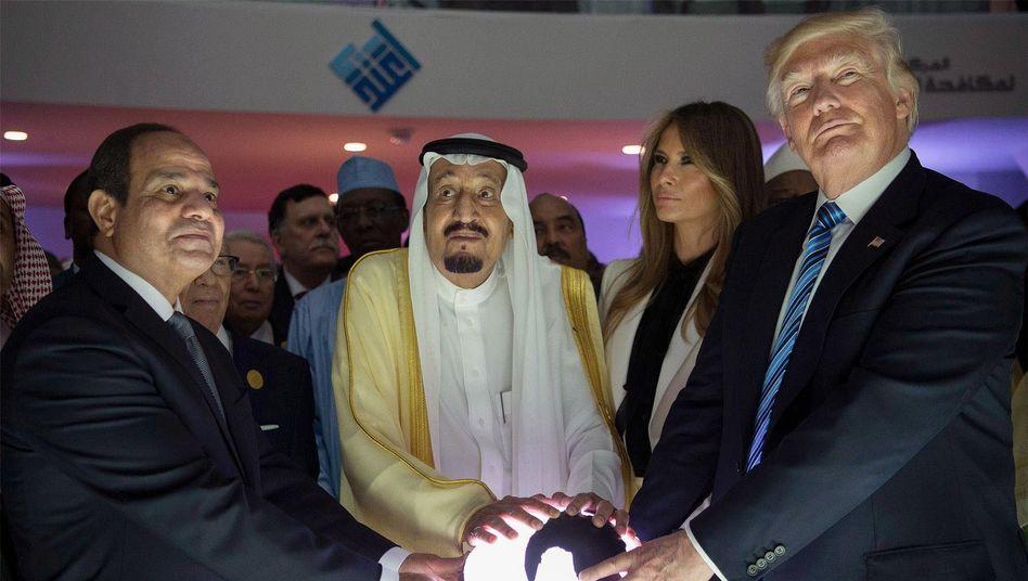 Donald Trump gemeinsam mit seiner Frau Melania sowie Saudi-Arabiens König Salman (Mitte) und Ägyptens Machthaber Sisi (links) im Mai 2017 in Riad: Auch die Verbündeten sind skeptisch