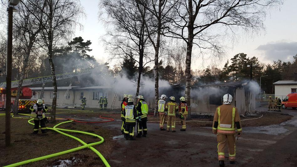 Feuerwehrleute löschen den Brand in Hövelhof-Staumühle