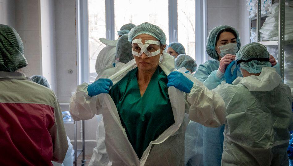 Ärzte und Pfleger machen sich bereit für den Einsatz auf einer Corona-Station in einer Moskauer Klinik