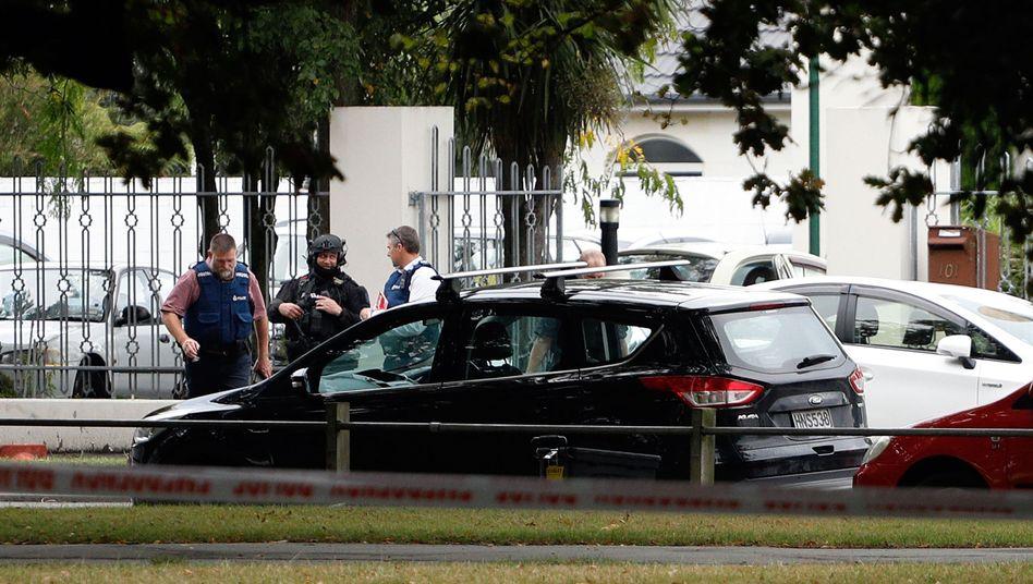 Polizei vor einem der beiden Tatorte in Christchurch