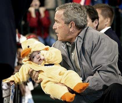 Wahlkämpfer Bush mit Halloween-Piepmatz