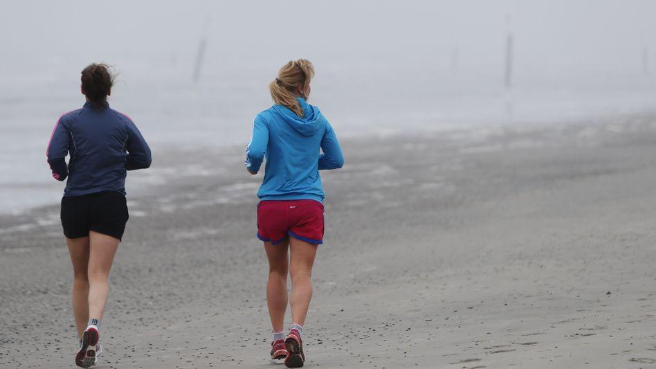 Zwei Joggerinnen am Strand: Zu zweit geht vieles einfacher
