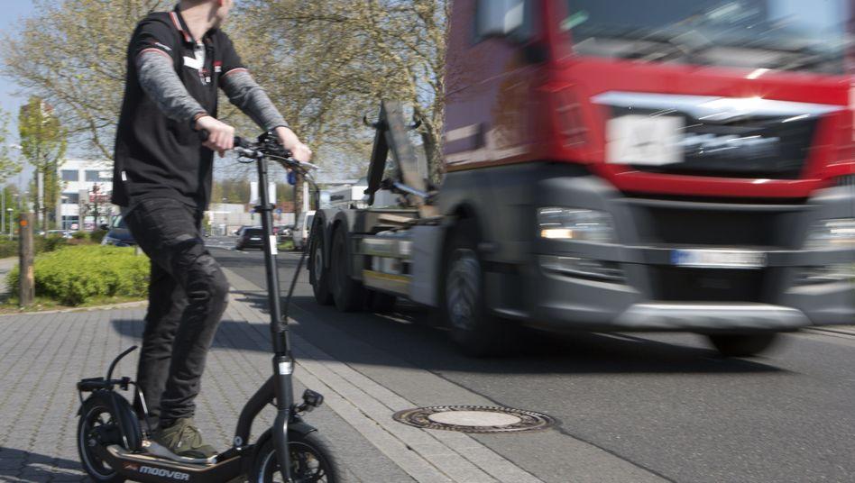 Elektroroller im Straßenverkehr: Wie Fußgänger oder wie Radfahrer?