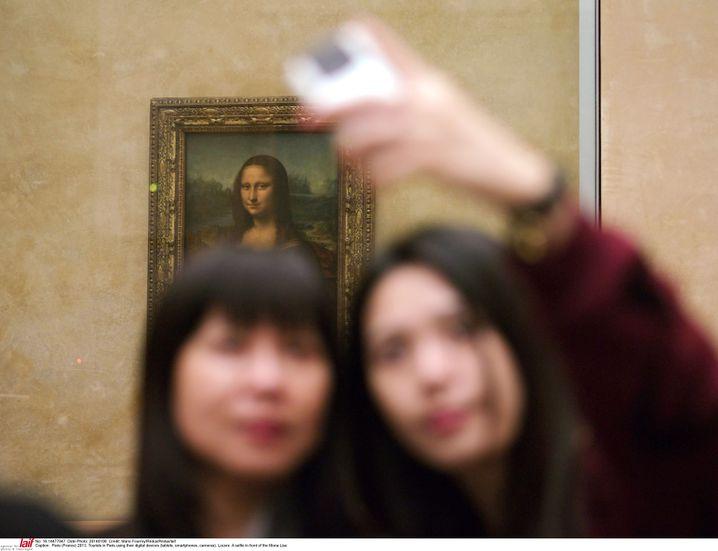 """Touristen vor der """"Mona Lisa"""" im Pariser Louvre"""