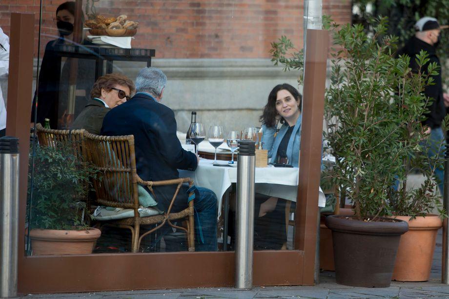 Isabel Díaz Ayuso en un restaurante de Madrid a mediados de marzo de 2021: