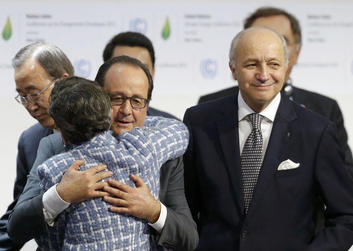 Frankreichs Staatschef Hollande umarmt Uno-Klimachefin Figueres: Reicht der Deal von Paris aus?