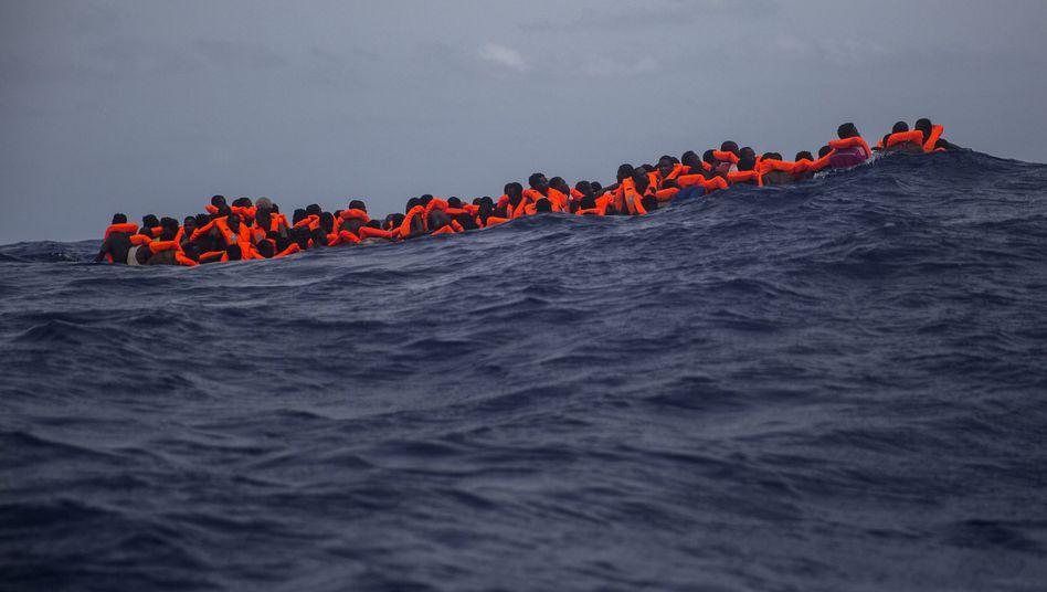 Flüchtlinge vor der libyschen Küsten warten auf Rettung (Bild vom 25. Juli 2017)