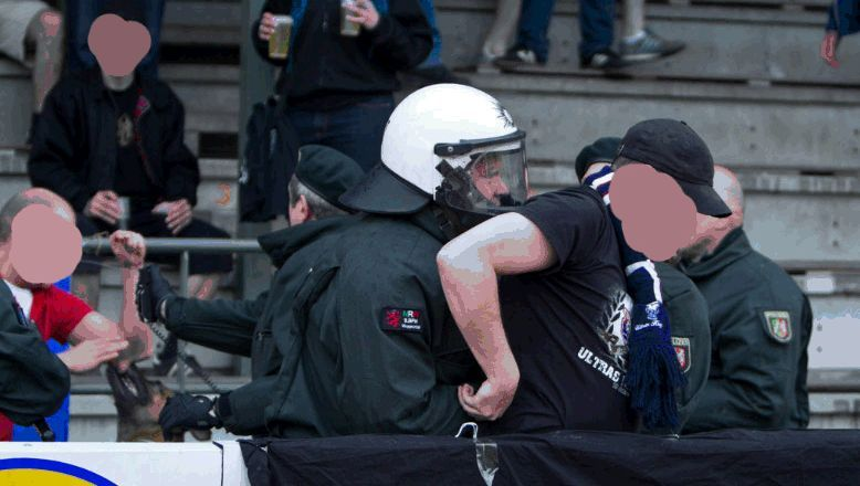 Auseinandersetzungen in Ratingen: Polizeihund am Arm, Pfefferspray im Gesicht (o.l.)