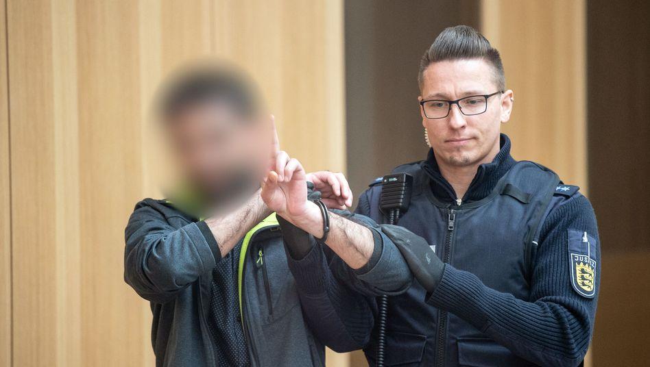 Jubel zur Begrüßung: Ein Angeklagter wird zu Beginn des PKK-Prozesses in Stuttgart-Stammheim in den Saal geführt (Archivfoto)