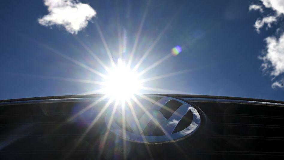 Australiens Sonne spiegelt sich auf einem VW-Logo