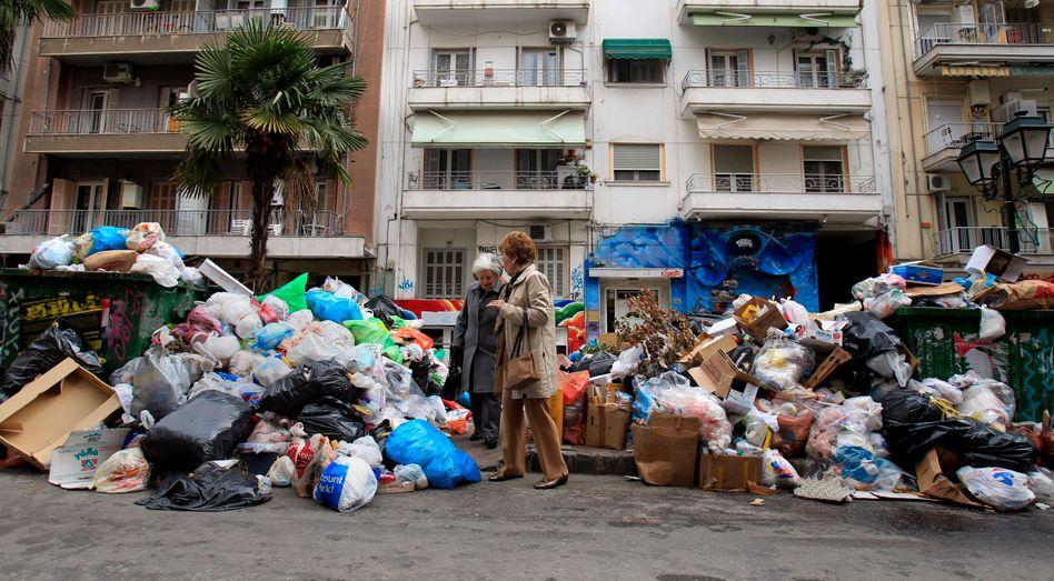 Passantinnen in Thessaloniki: Die Müllabfuhr streikt - aus Protest gegen Athens Sparkurs
