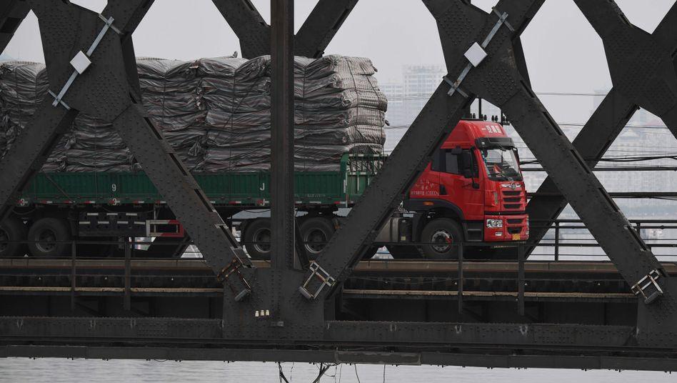 """Lastwagen auf der """"Freundschaftsbrücke"""" zwischen Nordkorea und China"""