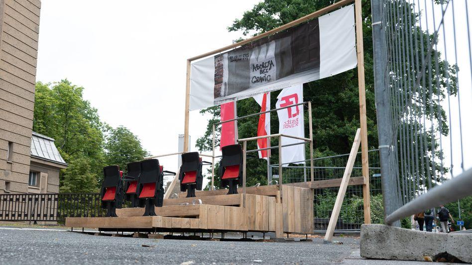 Die Installation »Kulisse« steht vor der Brücke der Freundschaft hinter einem Bauzaun