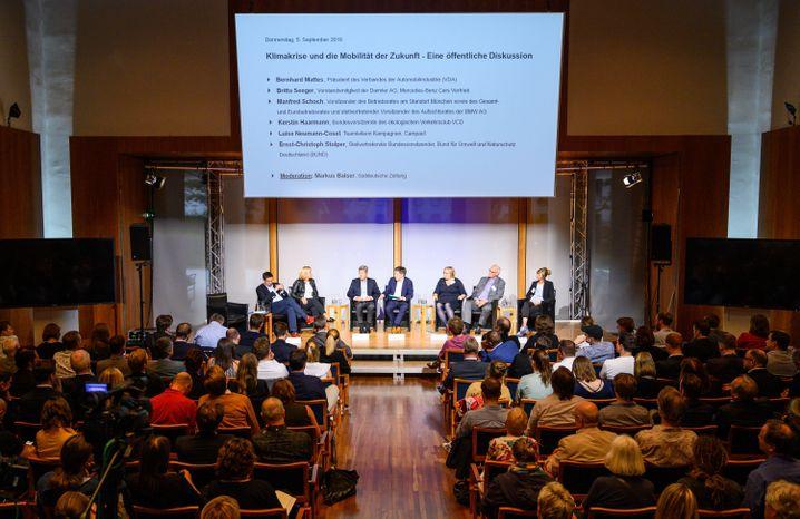 """Vertreter der Autobranche und Umweltaktivisten diskutierten zum Thema """"Klimakrise und die Mobilität der Zukunft"""""""