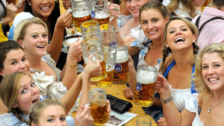 Biertrinkerinnen auf dem Oktoberfest: Warum nur ist der Absatz so schlecht?