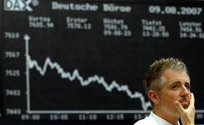 Aktienhändler in Frankfurt am Main (am Donnerstagabend): Besorgt über Stützmaßnahmen der Notenbanken