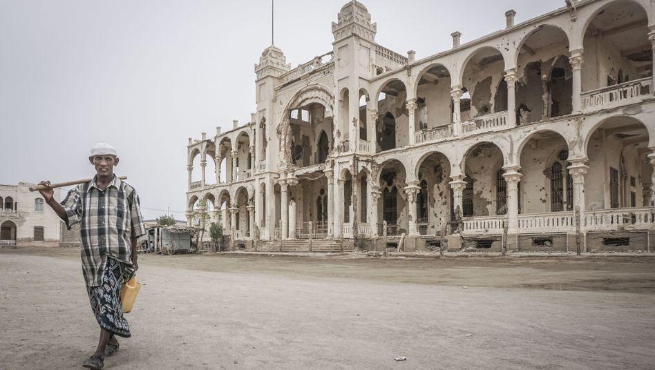 Passant vor der ehemaligen Banca d'Italia in Massawa