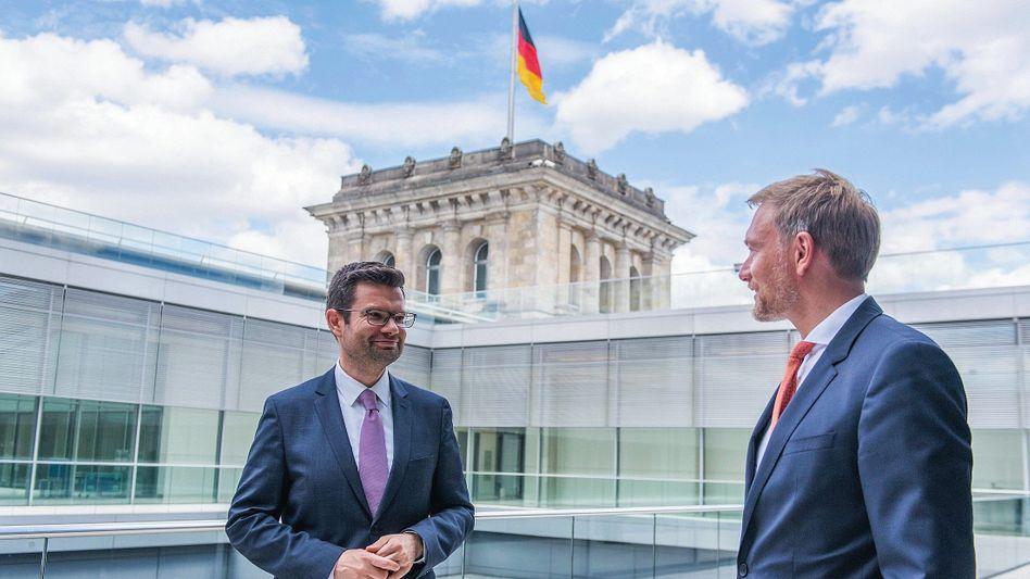 Freidemokraten Buschmann (l.), Lindner am Berliner Reichstag:Nicht die Inhalte sind das Problem, sondern ihre Vermittlung